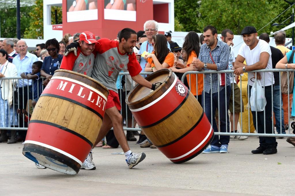 Cuộc thi lăn thùng rượu là một trong những truyền thống lâu đời của Bordeaux