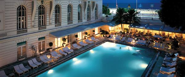 Bể bơi lớn cho bạn một buổi tối lãng mạn trong không gian sang trọng tại khách sạn Belmond Copacabana Palace. Rio de Janeiro hấp dẫn du khách ngay từ cái nhìn đầu tiên.