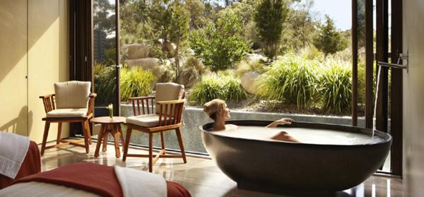 Phòng tắm hòa mình vào thiên nhiên tại Saffire Freycinet, khu nghỉ dưỡng cung cấp các dịch vụ spa từ các nhà trị liệu nổi tiếng