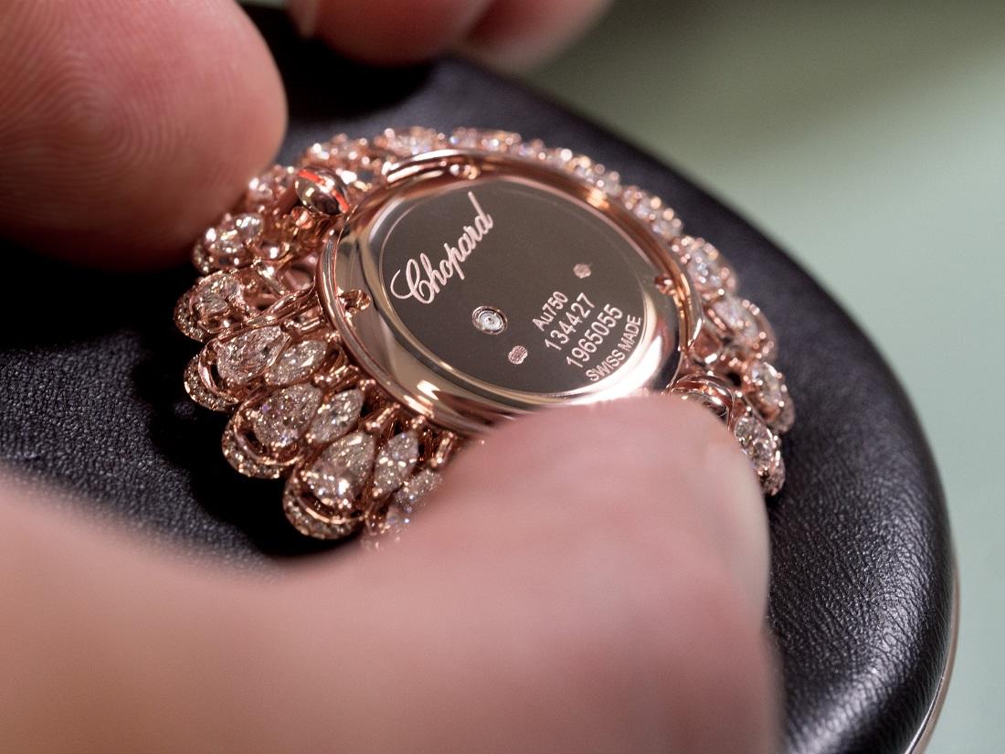 Các công đoạn tạo nên các mẫu trang sức của Precious Chopard đều tuân thủ những quy định cổ truyền chặt chẽ trong ngành