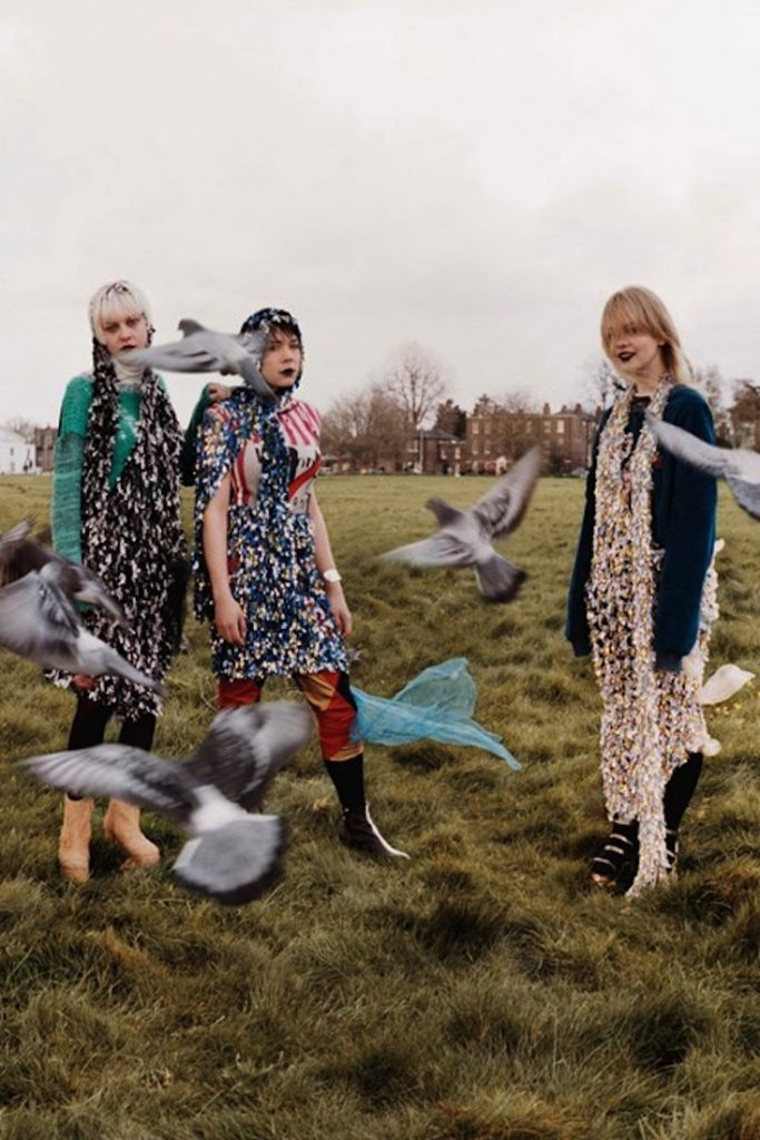 Nhóm nhạc trong trang phục toga unisex của Vivienne Westwood