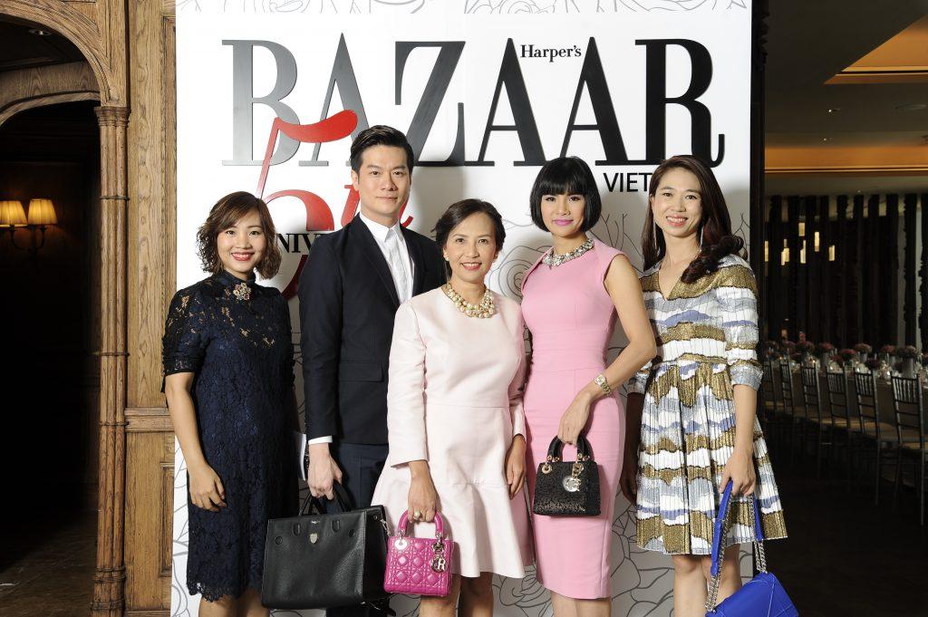 Đại diện Harper's Bazaar Việt Nam chụp ảnh cùng ông Joseph Teoh và nữ doanh nhân Lê Hạnh (thứ 2 từ phải sang)