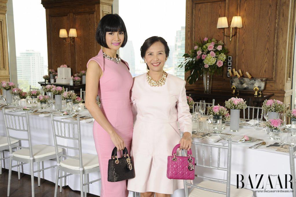 Nữ doanh nhân Phạm Thi Thu Hằng bên cạnh chị Trần Nguyễn Thiên Hương. Cả hai đều vô cùng ngọt ngào trong set đồ của Christian Dior cùng giỏ xách Lady Dior