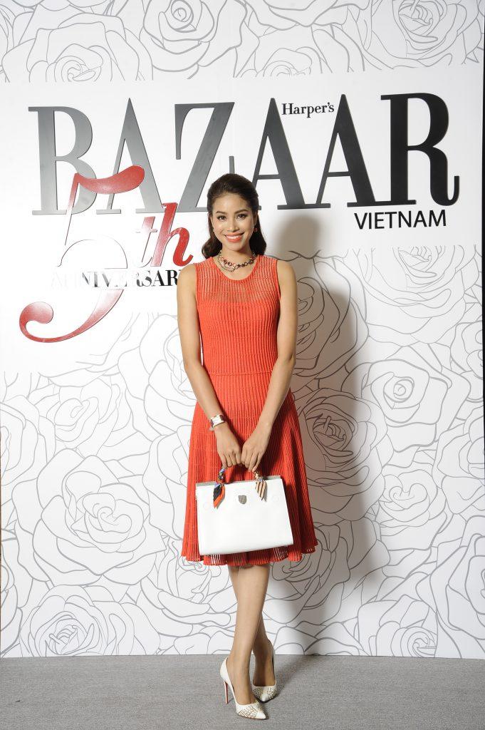 Hoa hậu Hoàn vũ 2015 Phạm Hương đến tham dự bữa tiệc với đầm cam xếp li nổi bật cùng chiếc túi từ Christian Dior