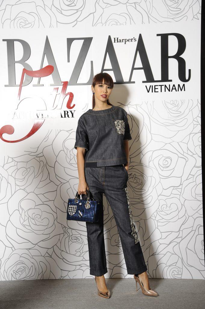 Siêu mẫu Hà Anh thể hiện gu thời trang cá tính với bộ đồ denim on denim từ Christian Dior