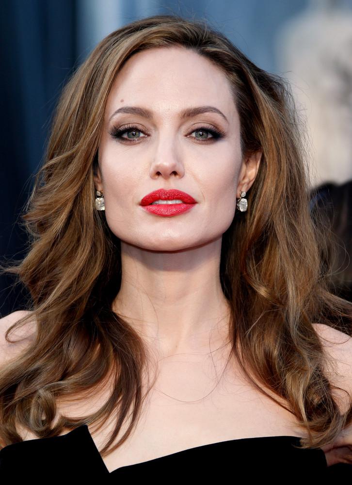 Angelina Jolie là một minh chứng tiêu biểu cho sự tỏa sáng từ cả trí tuệ lẫn thiên hướng nghệ thuật