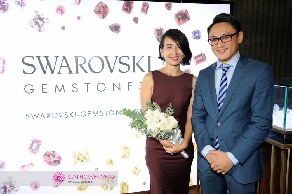 Chị Liên Hoan chụp cùng đại diện Swarovski, anh Huỳnh Nam