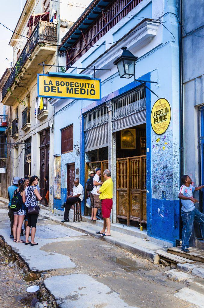 Quán bar, nhà hàng nổi tiếng La Bodeguita del Medio là nơi  lưu dấu chân của nhà văn Ernest Hemingway, nhà thơ Pablo Neruda và họa sỹ Josignacio