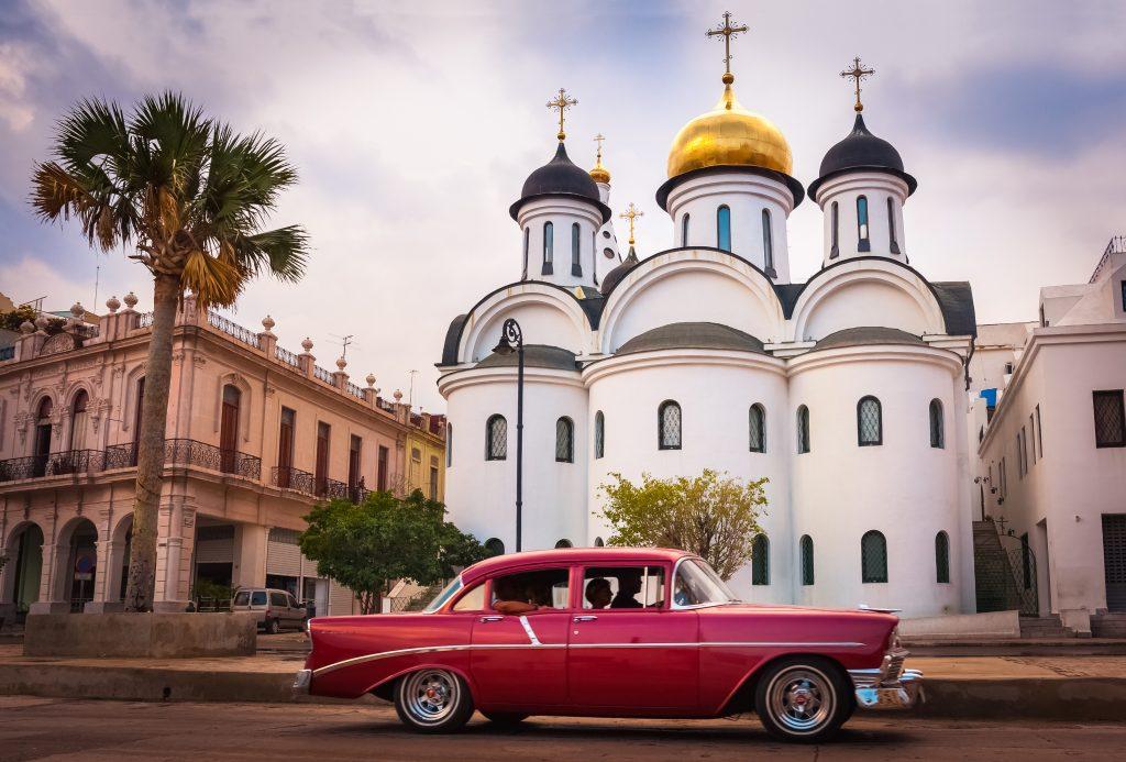 Khung cảnh tuyệt đẹp phía trước một nhà thờ Nga cùng chiếc xe cổ năm 1950