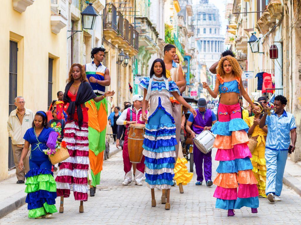 Phụ nữ tại Cuba đều mang trên mình những trang phục rực rỡ màu sắc và sẵn sàng uốn mình theo những điệu múa đầy điêu luyện