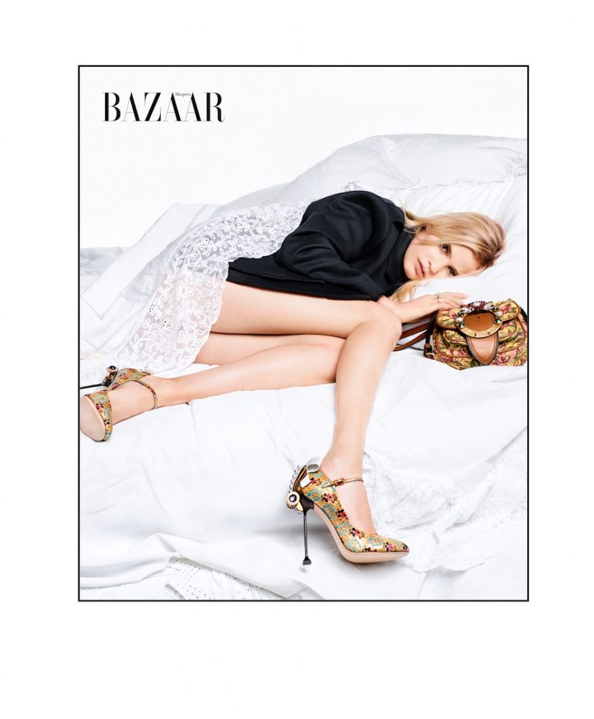 Người mẫu Lara mặc áo, giày và giỏ xách của Miu Miu