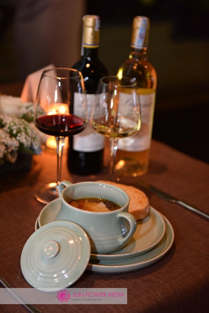 Khách được phục vụ rượu vang Lafite kèm với những món ăn đẹp mắt và ngon miệng