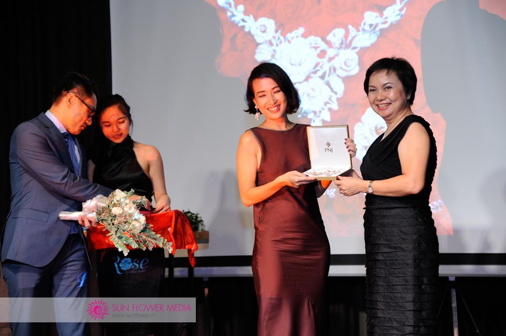 Đại diện Louis Vuitton, chị Liên Hoan là quý cô may mắn nhất đêm tiệc
