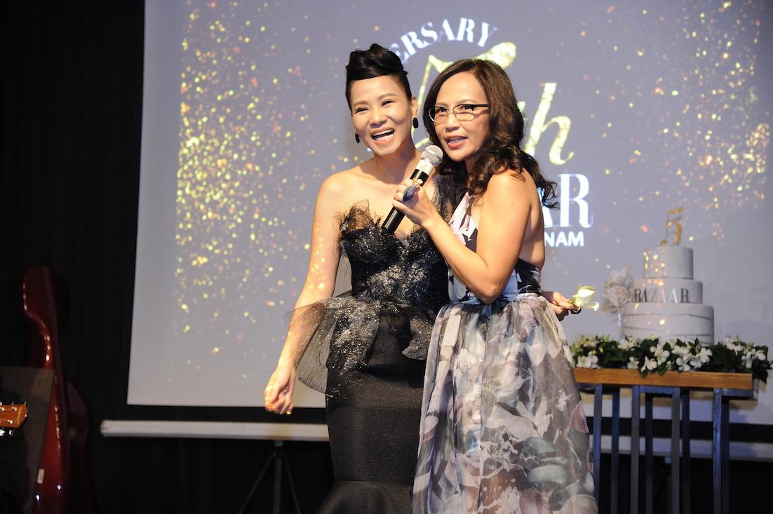 Nữ ca sỹ Thu Minh hát tặng cho Bazaar và chị Thiên Hương