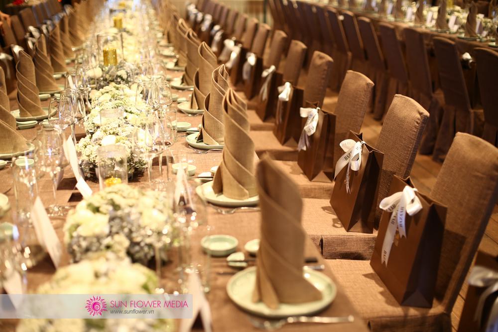Những khóm hoa hồng thơm ngát trên bàn tiệc
