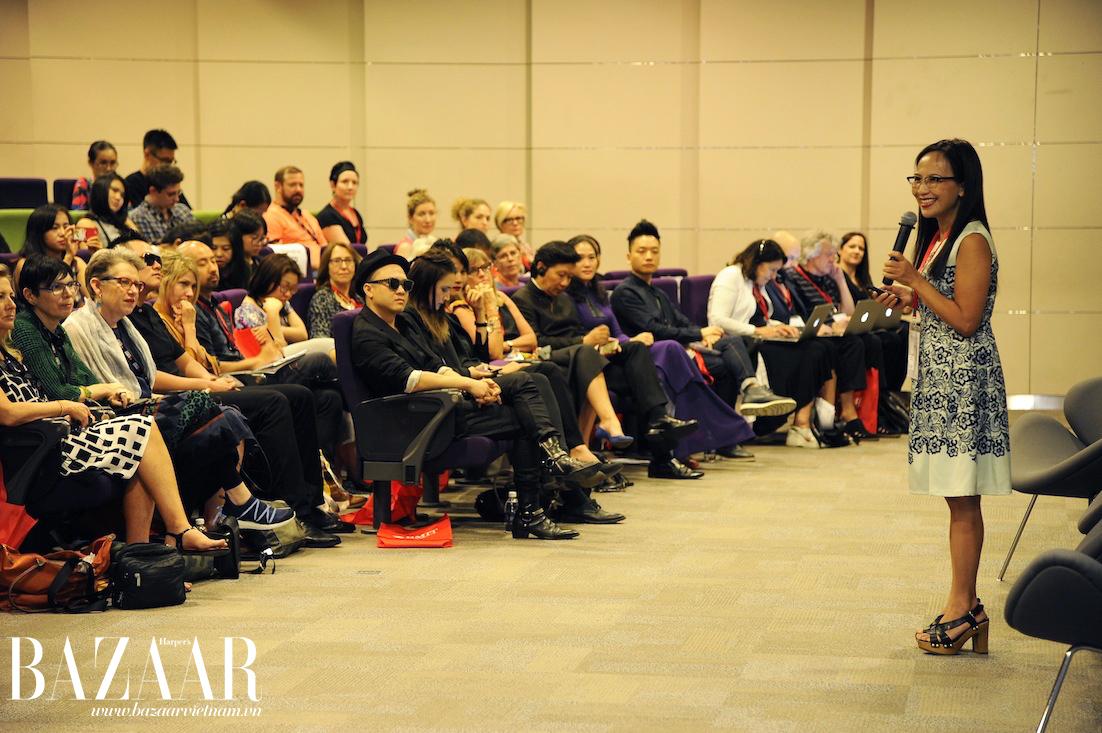 Đại diện Harper's Bazaar Việt Nam, chị Trần Nguyễn Thiên Hương đã có buổi thuyết trình về lịch sử 20 năm thời trang Việt Nam