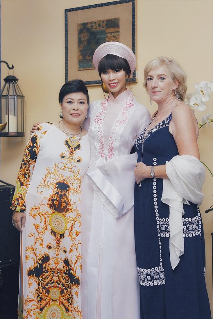 Hà Anh chụp hình với mẹ ruột và mẹ chồng mới từ Anh đáp máy bay qua Việt Nam