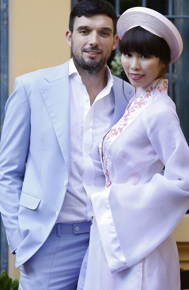 Hà Anh dịu dàng trong tà áo dài truyền thống màu hồng phấn