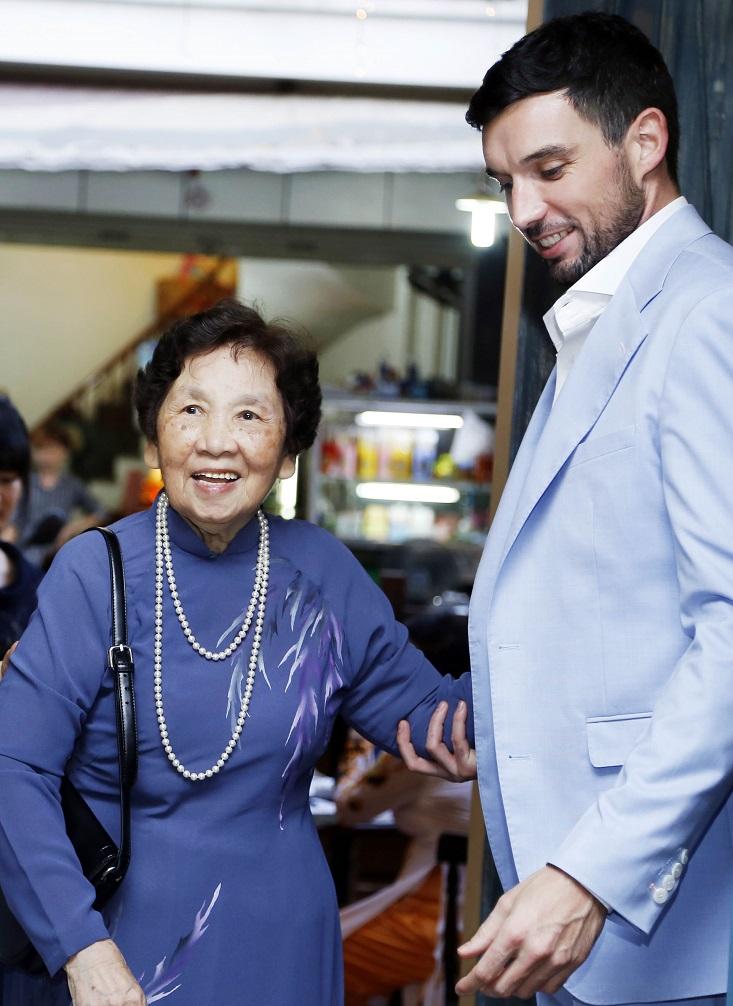 Và chu đáo nhường đường cho bà nội Hà Anh nguyên Tổng biên tập báo Phụ Nữ Việt Nam
