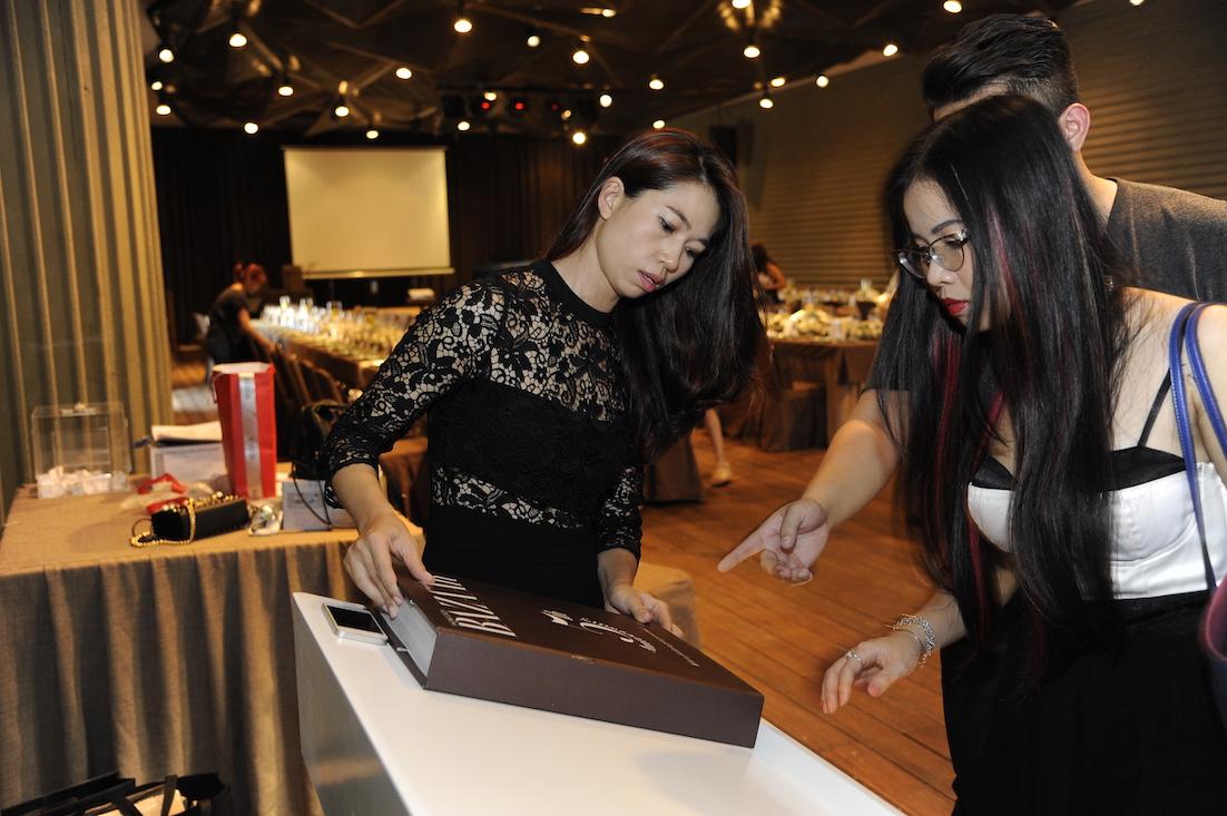 Trưởng ban biên tập Harper's Bazaar Việt Nam, chị Lưu Uyên (áo ren đen) cùng biên tập viên web đang cân chỉnh lại cuốn sách tổng hợp cuộc hành trình 5 năm qua trong ngành thời trang Việt của Bazaar