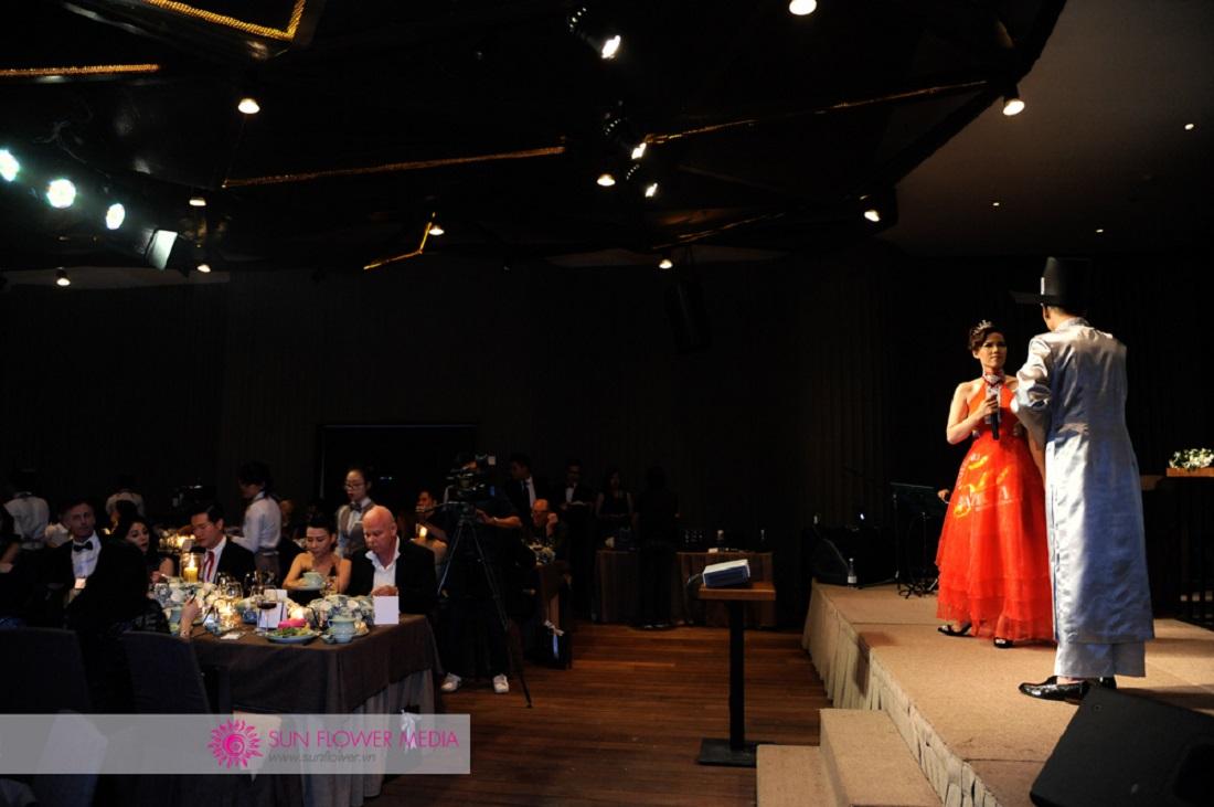 Cả hai bộ trang phục đều là thiết kế của Cory Trần, và sẽ được xuất hiện lại trong đêm công diễn chính thức của Chuyện tình nàng Giáng Hương