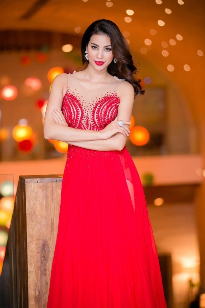 Hoa hập Phạm Hương tỏa sáng trong chiếc đầm dạ hội đỏ