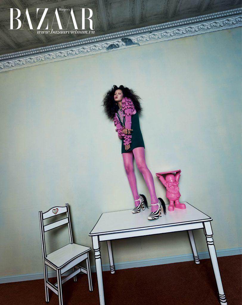 Đầm đính trang sức, nhẫn, vớ hồng và sandals đính lông hoa văn ngựa vằn, Gucci. Hoa tai, J.W.Anderson by MUE. Bàn và ghế được vẽ bởi họa sỹ YOUNHYUN.