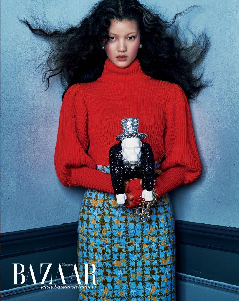 Áo len cổ lọ, váy lưng cao, Dior. Vòng tay, Chanel. Hoa tai đính ngọc trai, Budda&Boomi