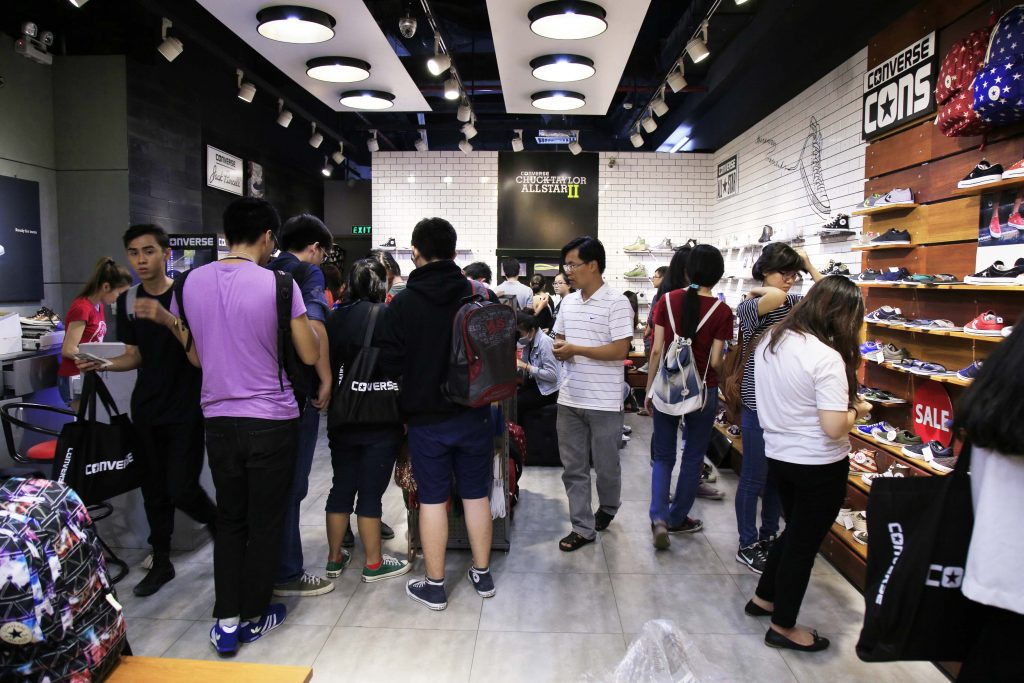 khong-khi-mua-sam-soi-dong-tai-crescent-mall-10