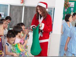 """""""Bà già Noel"""" Nguyễn Oanh mang Giáng sinh ấm áp đến với các em nhỏ mắc bệnh hiểm nghèo"""