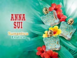 """Anna Sui Romantica Exotica gói trọn cả một Hòn Đảo Trong Mơ bên trong """"một chiếc chai""""."""