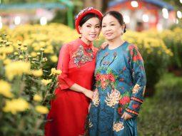 Hà Phương về Việt Nam cùng mẹ đi mua sắm đón Tết