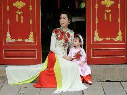 Trịnh Kim Chi cùng con gái mặc áo dài lễ chùa đầu năm