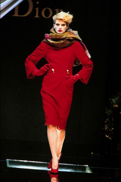 Kristen McMenamy trong trang phục Dior, 1995