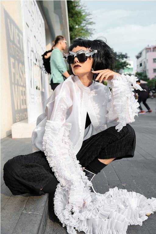 Trong trang phục của Môi Điên với hình ảnh loài sứa và chiếc mắt kính của Tâm Phạm, cô nàng cá tính tự tin tỏa sáng trong ngày cuối tại VIFW 2017