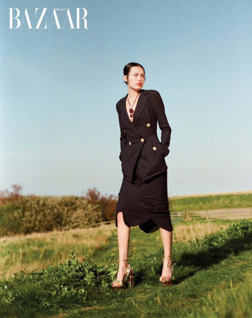 Áo blazer và váy, Vivienne Westwood Giày, Charlotte Olympia Vòng cổ, Chili Jewels