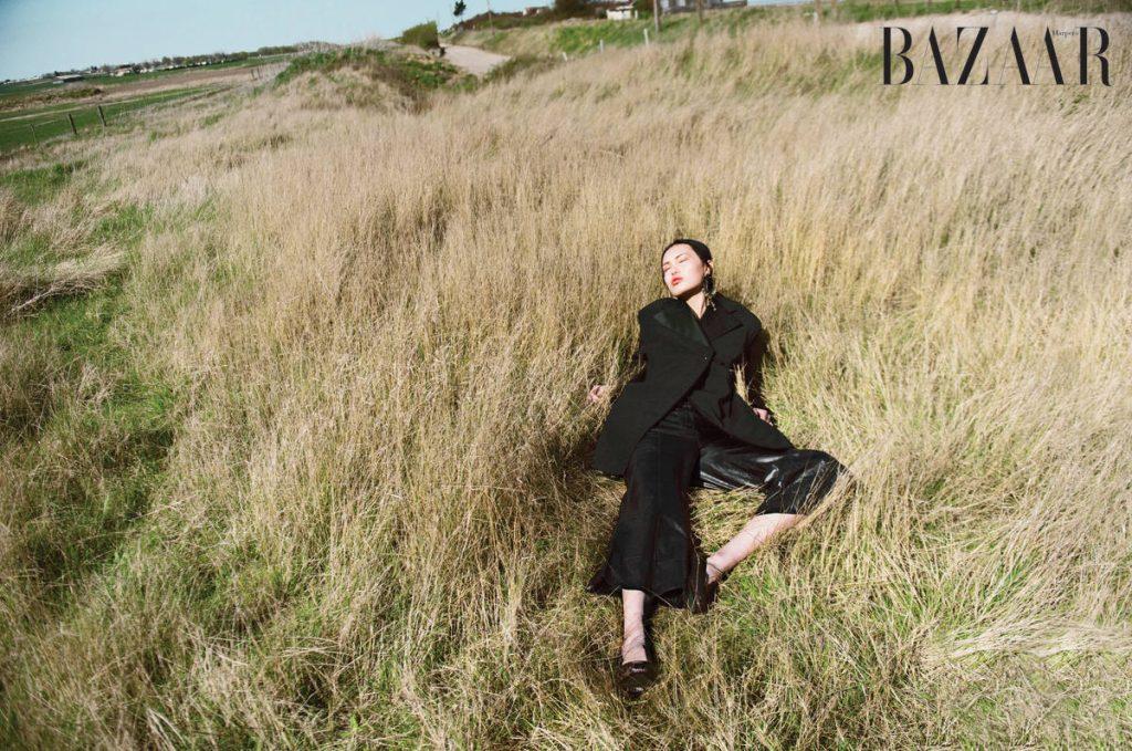 Áo blazer và quần da, Céline Hoa tai, Alexander McQueen Giày, Karina IK