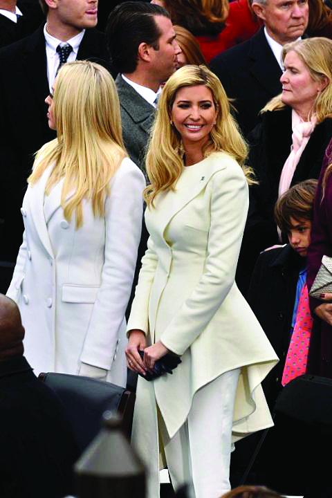 Ivanka mặc bộ suit trắng asymmetrical sang trọng của Oscar de la Renta