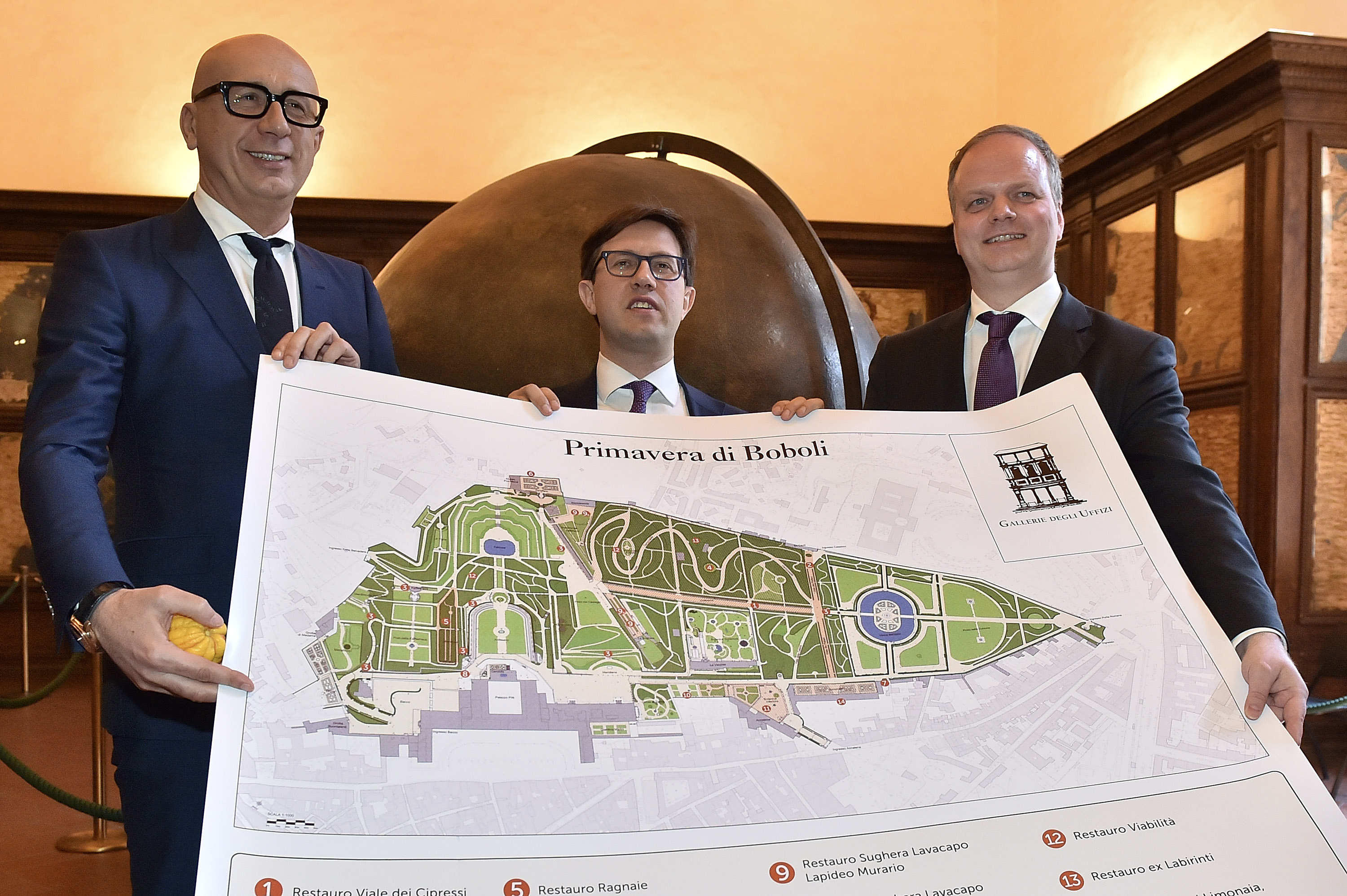 President & CEO của Gucci, ông Marco Bizzarri, Dario Nardella, Major of Florence and Eike Schmidt, Giám đốc của bảo tàng Uffizzi tham dự buổi họp báo công bố show diễn Gucci Cruise 2018 vào ngày 4–4, 2017 in Florence, Italy. (Photo by Tullio M. Puglia/Getty Images for Gucci)