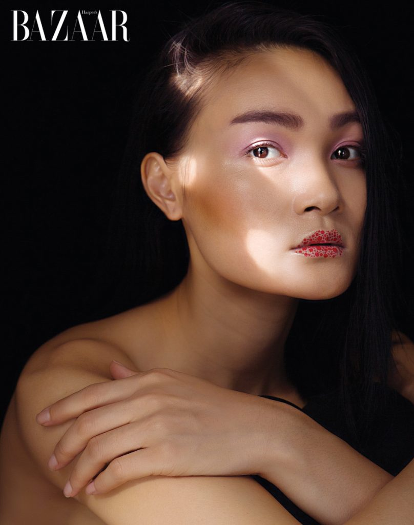 """Những đường nét đặc biệt tạo hình """"two faces"""" (trang trái) hay môi graphic (trang phải) vừa là cuộc cách mạng của nghệ thuật trang điểm, vừa thể hiện cá tính mạnh mẽ. Bầu mắt sử dụng mỹ phẩm trang điểm của Dior"""