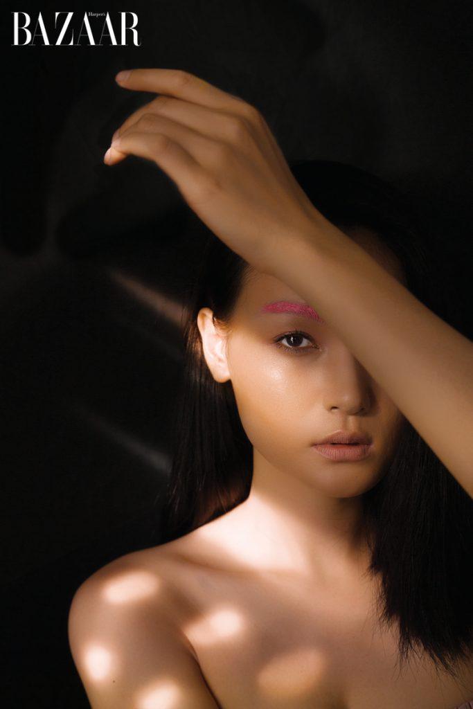 Những màu sắc đặc biệt chính là cách tạo sự nổi bật cá tính cá nhân trong phong cách trang điểm năm nay. Với gương mặt mộc tự nhiên, màu lông mày rực ánh hồng (trang phải) hay vành tai phớt nhẹ sắc tím (trang trái) sẽ thu hút mọi sự chú ý. Phấn mắt tô chân mày trên trang phải của thương hiệu mỹ phẩm Dior