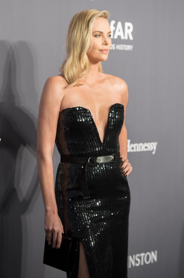 Nữ diễn viên Charlize Theron diện túi Tuxedo Box cùa Saint Laurent