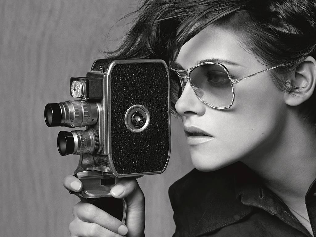 Kristen Stewart trong chiến diễn quảng bá mắt kính của Chanel vào năm 2015