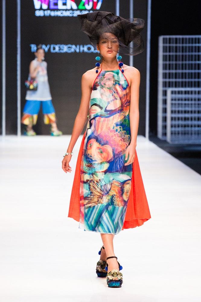 Mẫu áo in họa tiết 3D sống động của Thủy Nguyễn