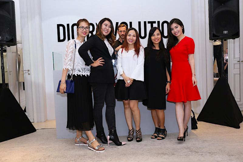 Từ trái sang: Chị Nguyễn Hồng Nhung – Trưởng phòng kinh doanh tạp chí Harper's Bazaar Việt Nam, chị Helene – Country Manager của Dior Việt Nam, chị Trần Thùy Linh – phụ trách Marketing Dior