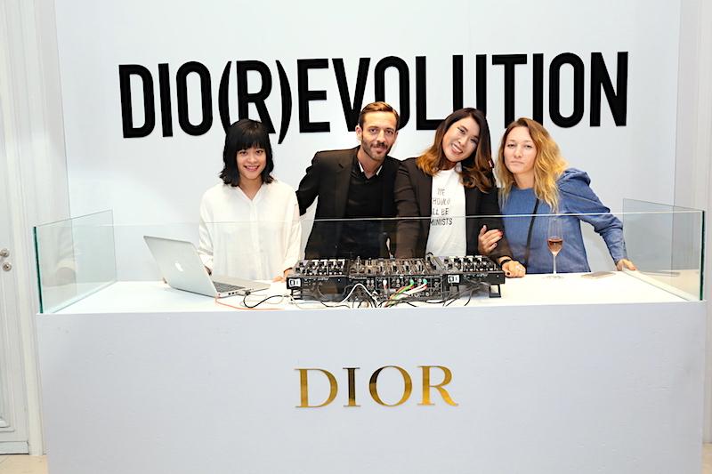 Từ trái sang: nhà thiết kế Linda Mai Phụng, DJ, chị Helene và Sarah Nguyen – Fashion Director tạp chí Harper's Bazaar Việt Nam