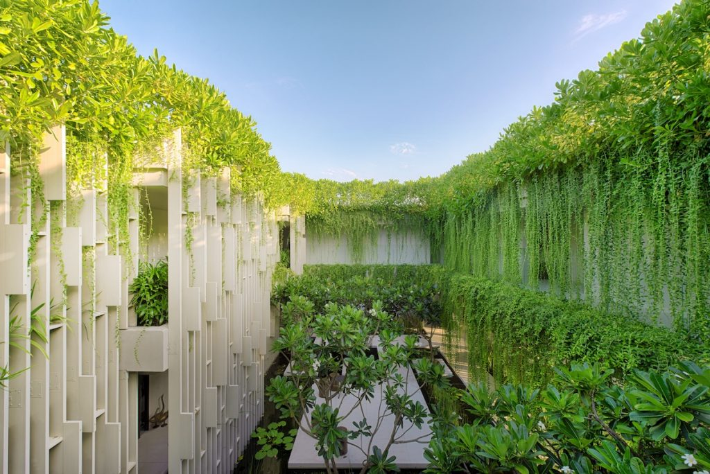 Naman Retreat Pure Spa do KTS Nguyễn Hoàng Mạnh và cộng sự thiết kế, đã liên tục nhận được các giải thưởng kiến trúc quốc tế danh giá năm 2015 và mới được trao Giải bạc Kiến trúc Quốc gia năm 2017