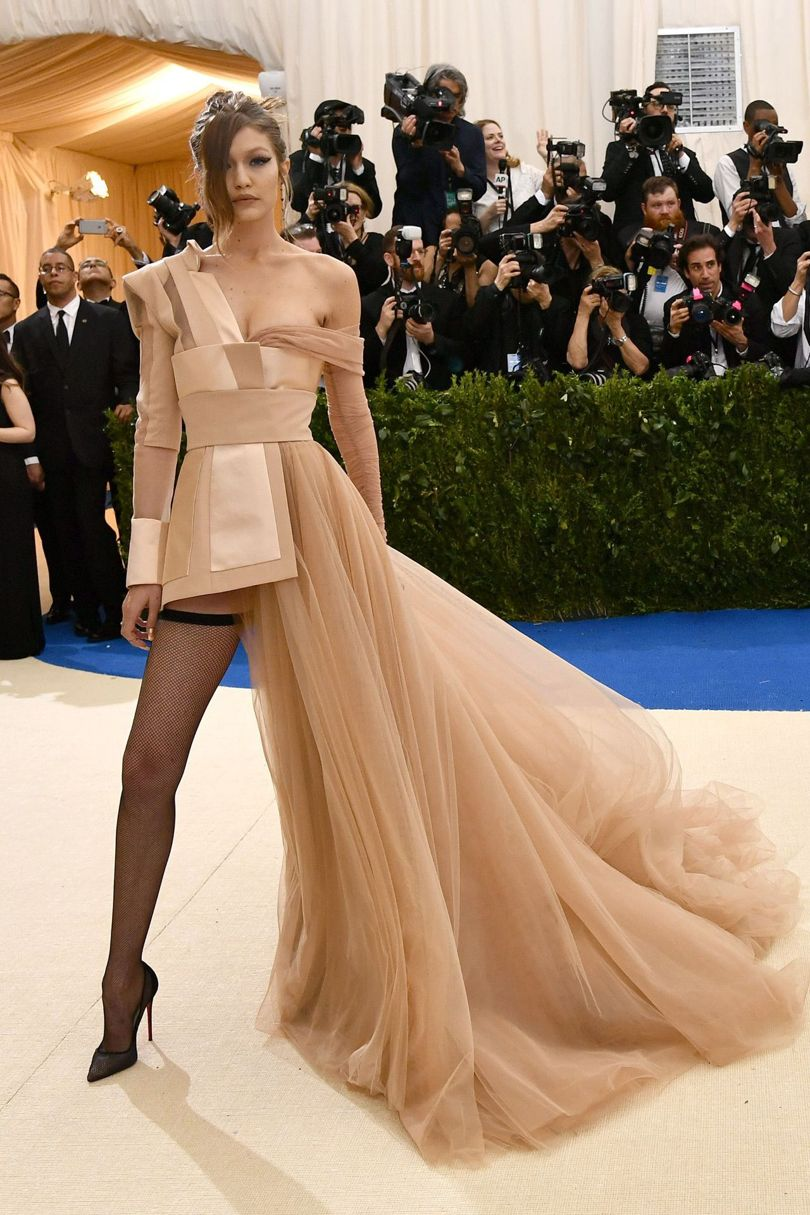 Chân dài đình đám Gigi Hadid vẫn chọn phong cách glamazon cuốn hút với chiếc váy tông nude của nhà Tommy Hilfiger.