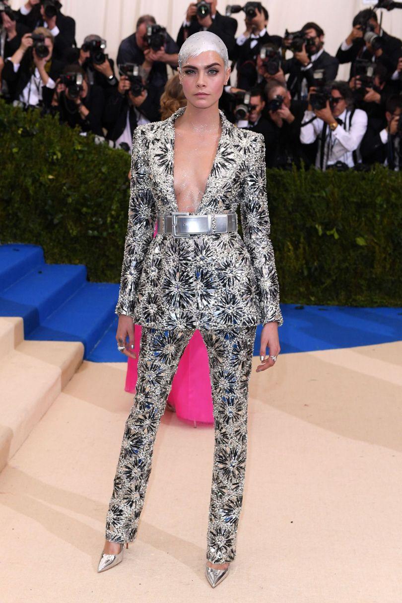Chân dài nổi loạn Cara Delevinge biến tấu thiết kế cố điển của nhà Chanel với chiếc đầu trọc được phun sơn bạc thú vị.