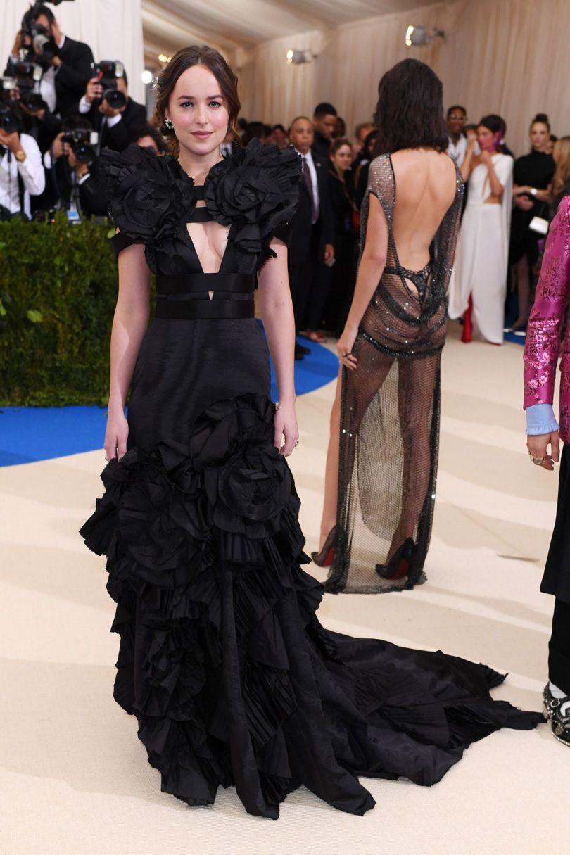 Dakota Johnson lại chọn cho mình thiết kế với phần bèo nhún của nhà Gucci.